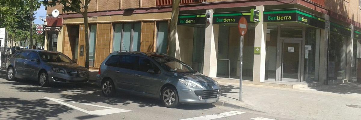 Recogida de firmas por la supresión de 14 aparcamientos en La Cartuja